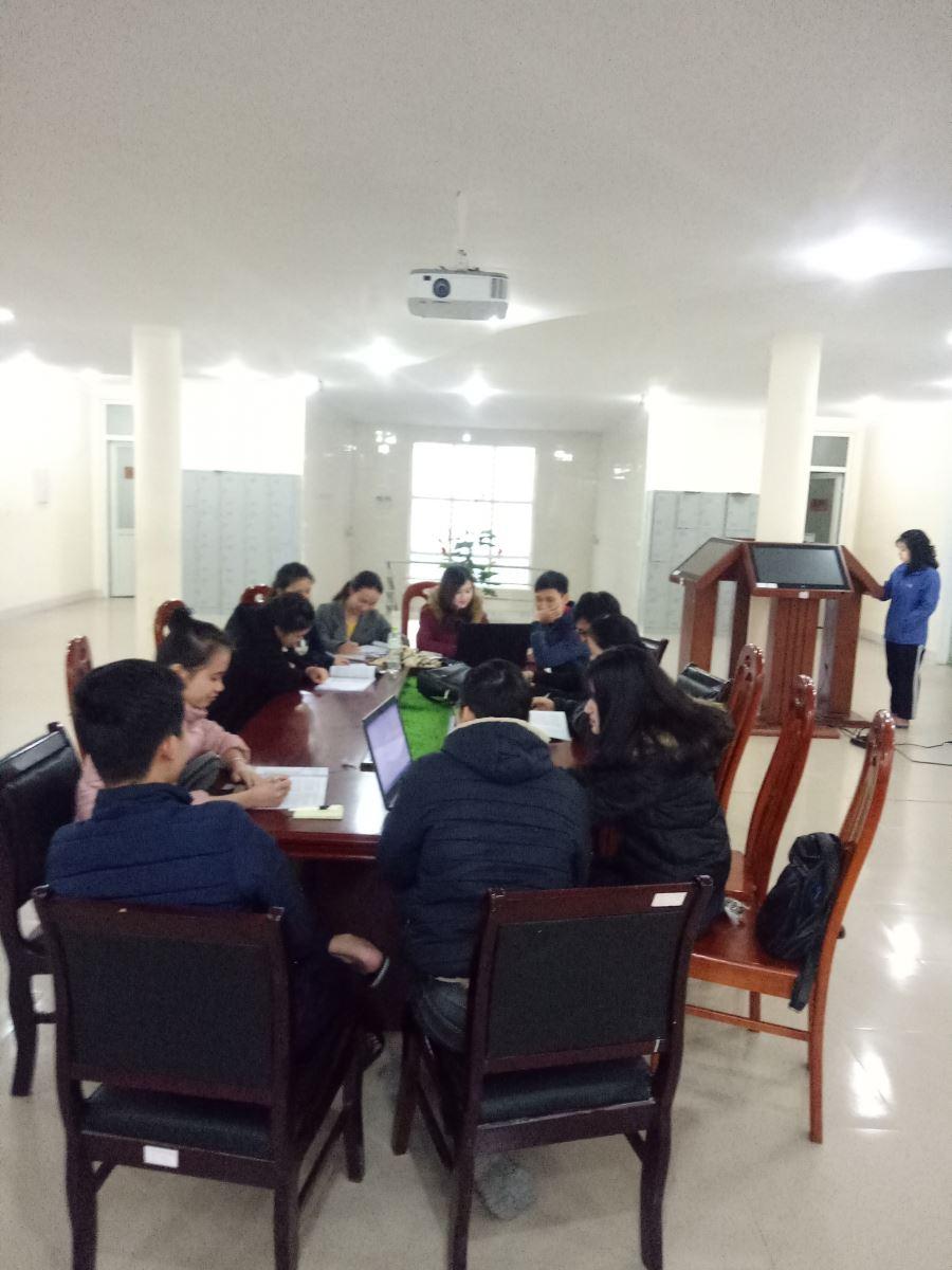 Sinh viên thảo luận, tra cứu tài liệu